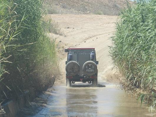 Self drive en Namibie. Photo d'une voiture 4x4, traversant un passage avec de l'au. Piste en Namibie. SELF DRIVE NAMIBIA