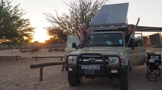 photo msiafricaroadtrip.com : Toyota cruiser buscamper dans le camping de Nossob au KTP dans le Kalahari en Afrique du Sud.