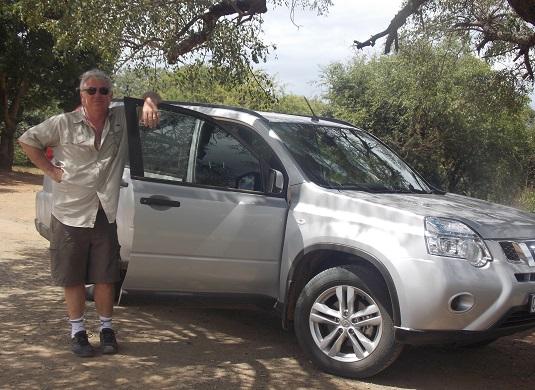 """phot voiture toyota avenza Parc imfolosi 2014Lorsque nous sommes en Afrique du Sud, nous louons toujours une voiture standard genre : """"Toyota corola"""" pour effectuer toutes les routes de l' Afrique du Sud. Pour les parcs une standard également, mais à haut chassie. Genre : """"Toyota Avanza"""" cela suffit largement pour les pistes et l'avantage c'est la visibilité. Vous êtes un peu plus en hauteur, c'est mieux pour repérer et observer les animaux."""