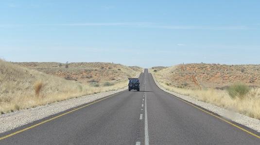 photo Toyota Land Cruiser 4x4 Crus. Sur route goudronné en direction du KTP Afrique du sud   -Kgalagadi Transfrontier Park-  Afrique du sud. En destination la Namibie.