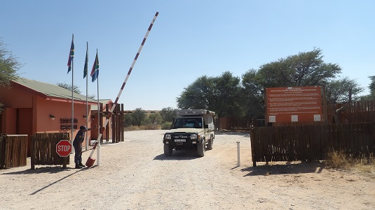 photo 4X4 Toyota Land Cruiser, -Bushcamper- au poste frontière de Mata-Mata au KTP - Kgalagadi Transfrontier Park- Afrique du Sud. En direction de la Namibie