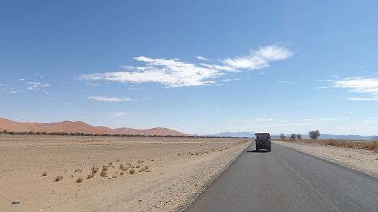 Photo voiture Toyota Land Cruiser 4x4 Crus Bushcamper. En self-drive sur les routes de Namibie. Road Trip en Namibie 2017 -sur les piste du Namib- Au loin les dunes rouges de  Sossusvlei sur la route de sesriem.