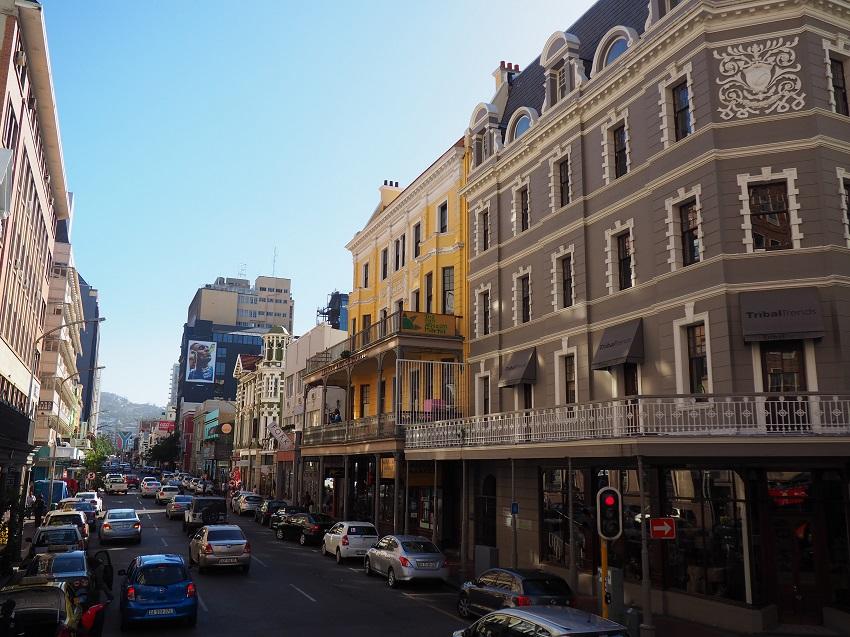 photo : msiafricaroadtrip.com une rue de Cape Town en Afrique du Sud. la rue long street