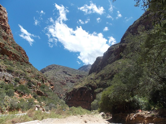 La route menant à Oudtshoorn dans le little Karoo laquelle se situe au sud du Grand Karoo. afrisque du sud