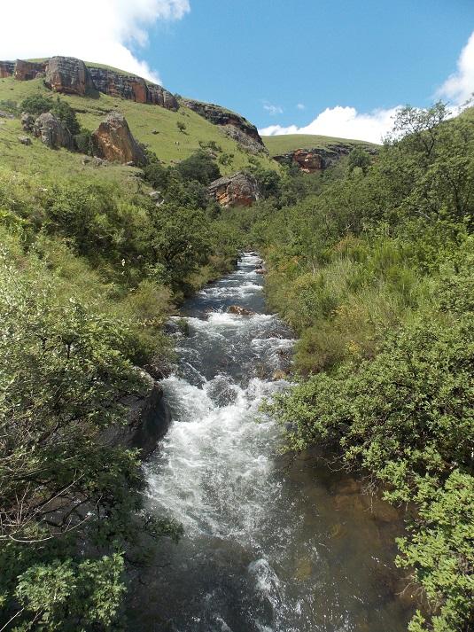 photo msiafricaroadtrip.com Park Giant's castle .Lles montagnes et un ruisseau qui coule au milieu de la nature. AFRIQUE DU sUD