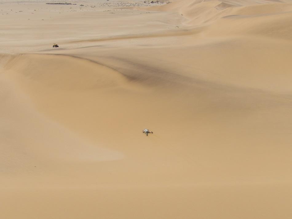 photo :  msiafricaroadtrip.com JP descente d'une dune en luge arrivée au bas de la dune Namibie