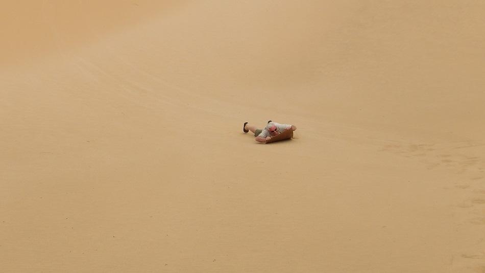 photo :  msiafricaroadtrip.com JP descente d'une dune en luge Namibie