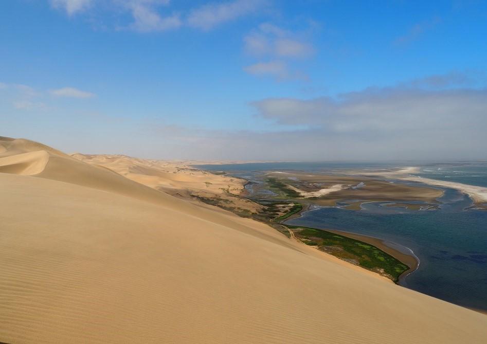 photo msiafricaroadtrip.com dans les dunes de Sandwich Harbour en bas la lagune Namibie