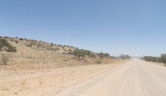 photo msiafricaroadtrip.com piste sables et graviers dans le Kalahari menant à Bagatelle Mariental Namibie.Respecter les limitations de vitesse et attention au projection de gravier sur votre pare-brise.      323 km (4h20)  suivre la  C15/C23/C20/D1268 jusqu'à Bagatelle Game Ranch