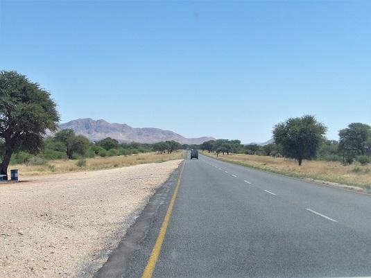 Une très belle route goudronnée en suivant la B1 jusqu'au Parc National d'Etosha.  En Namibie 685 km (6h30)