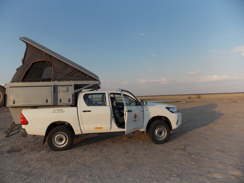 Toyota 4X4 bushcamper sur le Piper's Pan CKGR Botswana.  msiafricaroadtrip.com