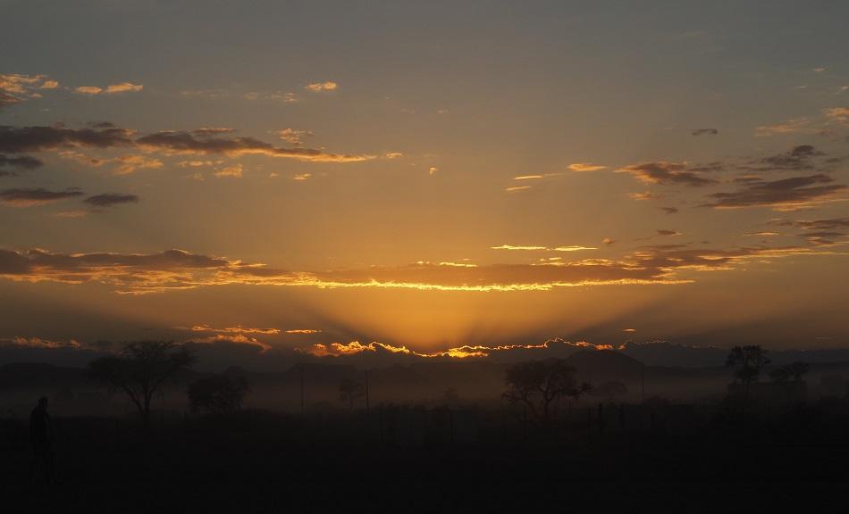 Photo msiafricaroadtrip.com du lever de soleil sur le désert en attendant que la porte s'ouvre vers les dunes rouges de Sossuslvei