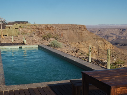 Piscine en bordure du canyon. Lodge Fihs river NAMIBIE