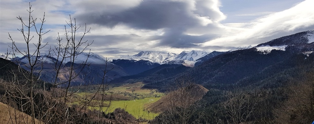 une partie du panorama du pic d'Escurets. Départ du col de Marie Blanque en vallée d'Ossau. Béarn Pyrénées Atlantiques.